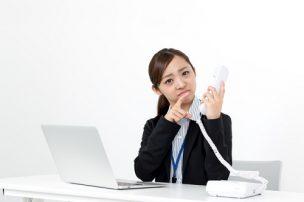 電話を受けて困る女性