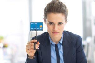 カードをハサミで切る女性