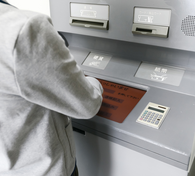 ATMを利用する男性